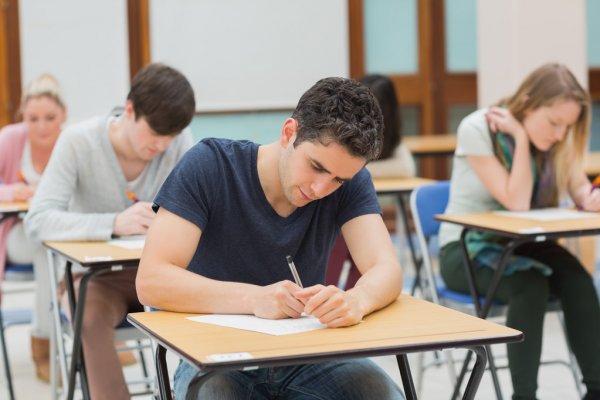 Студенты в экзамен — стоковое фото