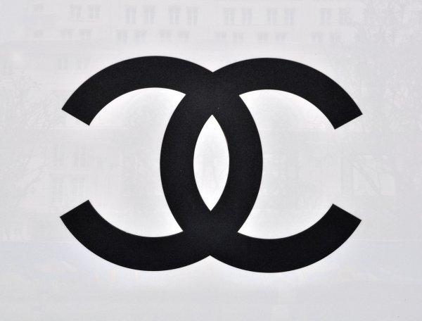 Шанель логотип на белом фоне — стоковое фото